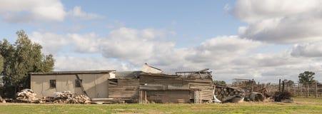 Alte Bauernhof-Hallen, die unten fallen Stockfotos