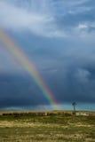Alte Bauernhof-Windmühle und Regenbogen Lizenzfreies Stockfoto
