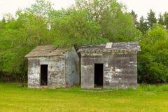 Alte Bauernhofhallen in einer Wiese Stockfotos