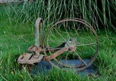 Alte Bauernhofmaschinerie Stockfotos