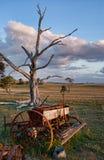 Alte Bauernhofmaschinerie auf dem Gebiet Lizenzfreies Stockfoto