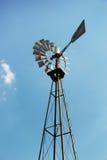 Alte Bauernhofwindmühle Stockbilder