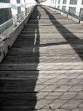 Alte Bauholz-Fuss-Brücke Stockfoto