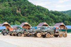 Alte Bauholz-LKWs im Schlamm Lizenzfreie Stockfotografie