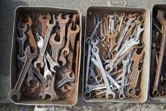 Alte Bauschlosserschlüssel sind in einem Metallkasten Stockfotos