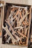Alte Bauschlosserschlüssel sind in einem Metallkasten Lizenzfreies Stockfoto