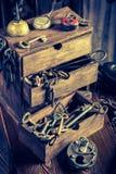 Alte Bauschlosserwerkstatt mit Schlüsseln und Verschlüssen Stockbilder