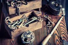 Alte Bauschlosserwerkstatt mit Werkzeugen, Verschlüssen und Schlüsseln Lizenzfreie Stockfotos