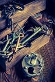 Alte Bauschlosserwerkstatt mit zu reparieren den Werkzeugen Stockfotografie