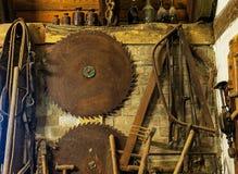 Alte Bauschlosserwerkzeuge in der rustikalen Scheune Stockfotografie