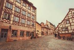 Alte bayerische Stadt mit cobbled Steinstraßen und traditionellen Häusern Lizenzfreie Stockfotos
