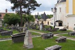 Alte Beerdigung im Gebiet des heiligen Dormitions-Klosters Lizenzfreie Stockfotografie