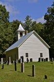 Alte Beerdigungssteine und weiße Kirche Lizenzfreie Stockbilder