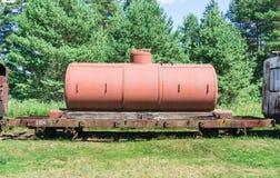 Alte Behälter mit Öl- und Brennstofftransport durch Schiene Stockfotos