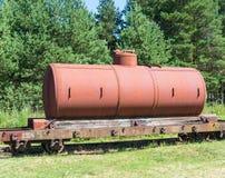 Alte Behälter mit Öl- und Brennstofftransport durch Schiene Stockfotografie