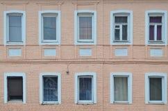 Alte beige Backsteinmauer mit wenigen Fenstern Lizenzfreie Stockfotos