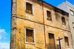 Alte, beige Hausfassade mit geschlossenen Fensterläden Lizenzfreie Stockbilder