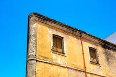 Alte, beige Hausfassade mit geschlossenen Fensterläden Lizenzfreie Stockfotos