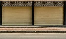 Alte beige Rollenfensterladentür Stockbilder