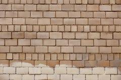 Alte beige Steinwand-Hintergrundbeschaffenheit Lizenzfreies Stockfoto