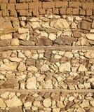 Alte beige Steinwand-Hintergrundbeschaffenheit, Abschluss oben Alte Wand hergestellt aus Steinen und Ziegelsteinen heraus Beschaf Lizenzfreies Stockfoto