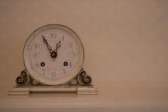 Alte beige Uhr Stockbilder