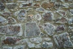 Alte beige und graue Wand mit Steinmaurerarbeit mit Sprüngen, backgrou Stockfoto