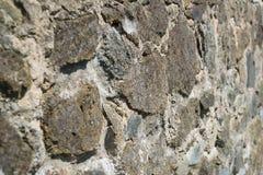 Alte beige und graue Wand mit Steinmaurerarbeit mit Sprüngen, backgrou Lizenzfreie Stockfotografie