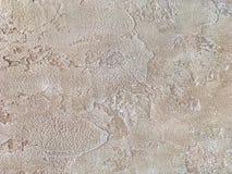 Alte beige Wand bedeckt mit ungleichem Gips Beschaffenheit Sand-Steinoberfläche der Weinlese der schäbigen, Nahaufnahme Stockfotografie