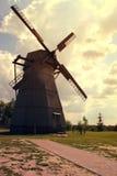 Alte belarussische Windmühle in Dudutki-Museum Lizenzfreies Stockfoto