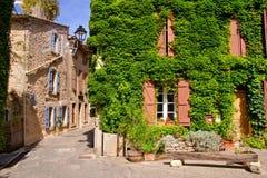 Alte belaubte Gebäude in einem Dorf in Provence, Frankreich Stockbilder