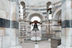 Alte Bell des lehnenden Turms in Pisa Stockbild