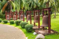 Alte Bell nahe bei chinesischem Tempel in Nanshan parken Stockfotos
