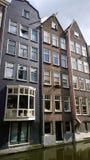 Alte belle case strette nel centro di Amsterdam sull'acqua Vista verticale Fotografia Stock