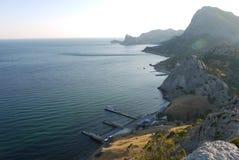 Alte, belle montagne sulla riva di un Mar Nero profondo Fotografie Stock Libere da Diritti