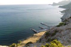 Alte, belle montagne sulla riva di un Mar Nero profondo Fotografia Stock