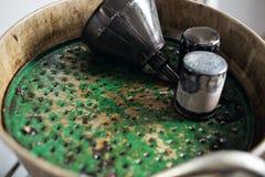 Alte benutzte Ölfilter Ausrüstung für das Öl, das in der Autoreparaturstation ändert Stockfotografie