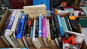 Alte benutzte Bücher in einem Kasten außerhalb eines antiken Buchladens Stockbilder