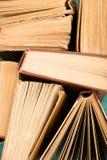 Alte benutzte Bücher oder Lehrbücher des gebundenen Buches Stockfoto