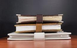 Alte benutzte Bücher und ein elektronischer Leser Stockfotos