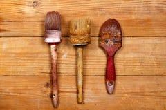 Alte benutzte Bürste auf hölzernen Brettern Stockbild