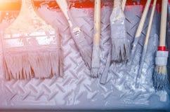 Alte benutzte Bürsten und blaue Farbe Stockbild