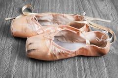 Alte benutzte Ballett pointe Schuhe Stockfotografie