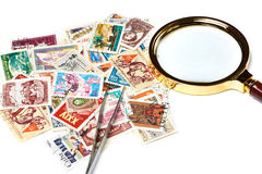 Alte benutzte Briefmarken und Vergrößerungsglas Stockbild