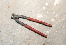 Alte benutzte Eisenausschnitt-Zangenzangen Lizenzfreies Stockfoto