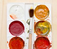 Alte benutzte Farben auf einem hölzernen Hintergrund Lizenzfreie Stockbilder
