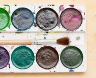 Alte benutzte Farben auf einem hölzernen Hintergrund Stockfoto