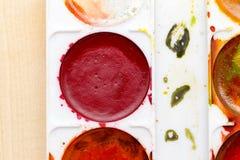 Alte benutzte Farben auf einem hölzernen Hintergrund Stockbild