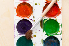 Alte benutzte Farben auf einem hölzernen Hintergrund Stockfotografie