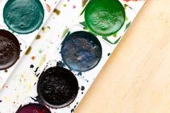 Alte benutzte Farben auf einem hölzernen Hintergrund Lizenzfreie Stockfotografie